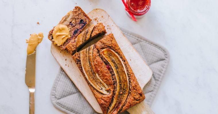 Gesundes Beeren & Mohn Bananenbrot ohne Zucker oder Gluten