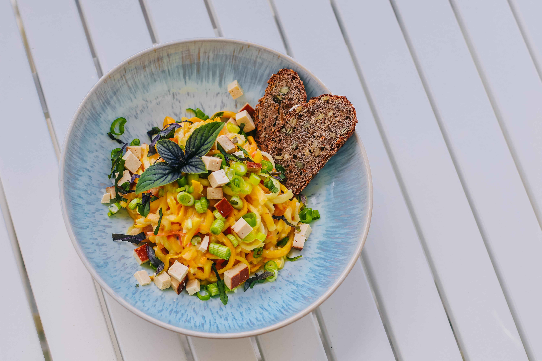 Sommerlich leicht: Cremige Senf-Tahini Zoodles mit Räuchertofu (v, gf, sf)