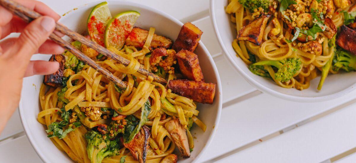 Reisnudeln mit Erdnusssauce, knusprigem Tofu, gebackener Aubergine und Nuss-Granola