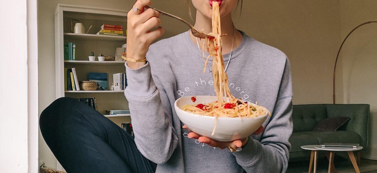 Achtsam essen: So lernst du, wieder auf dein Bauchgefühl zu hören! Mit Anleitung + Fragen